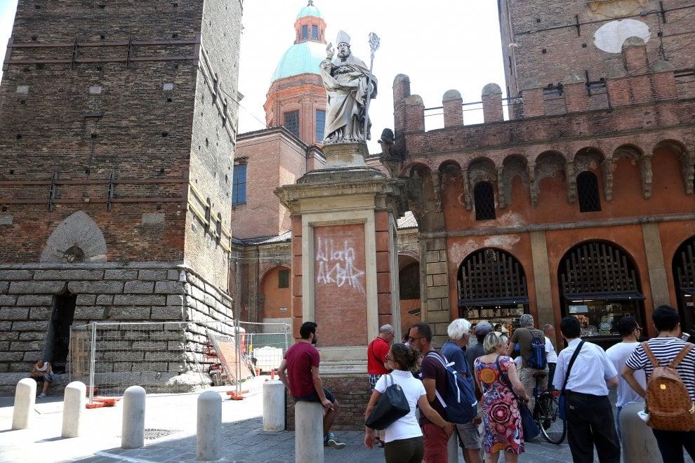 """Bologna, """"Allah Akbar"""": sfregio sotto la statua di San Petronio"""