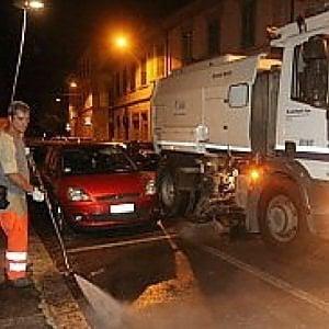 Bologna, sospensione della pulizia notturna con rimozione auto