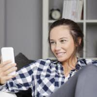 Pazzi per WhatsApp e i siti di news: così gli emiliani usano lo startphone