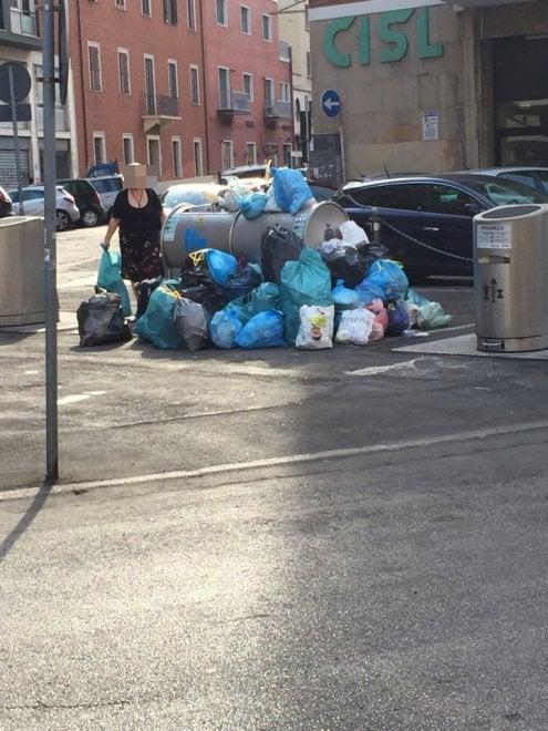 """Bologna, la denuncia di un lettore: """"Quei sacchetti di ..."""