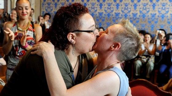 """Deborah ed Elena spose: """"Vi dichiaro civilmente unite"""""""