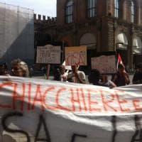 Protesta di migranti in Comune a Bologna:
