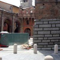 Bologna, sotto le Due Torri incuria e sporcizia