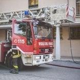 A fuoco un appartamento Acer in periferia -   foto