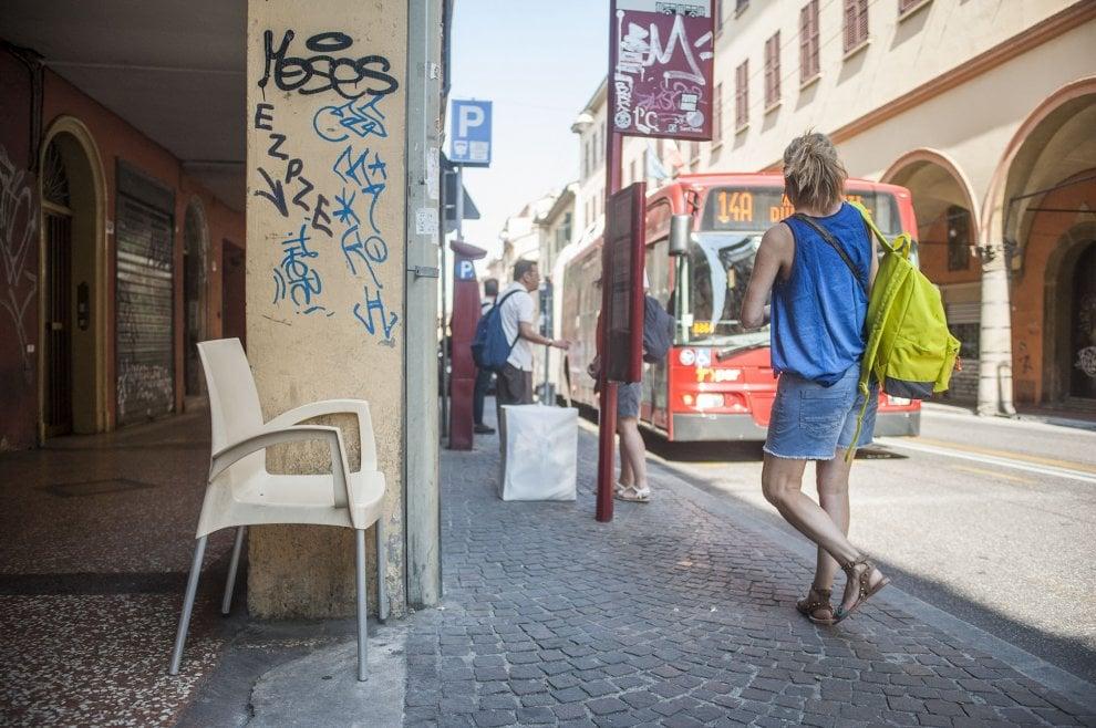 """Bologna, barista """"dona"""" sedie a passanti in attesa del bus ..."""