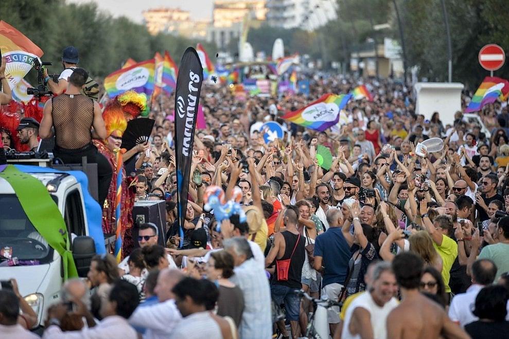 Rimini in festa per il gay pride in Riviera