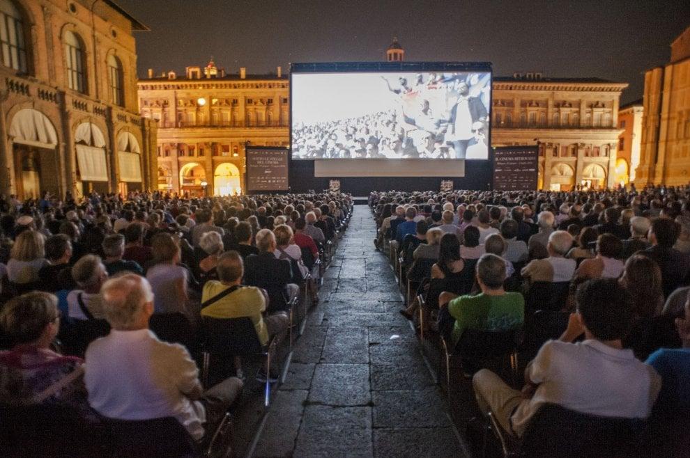 """""""Mi chiamo Renato"""": applausi in Piazza Maggiore per il film sullo stadio di Bologna"""