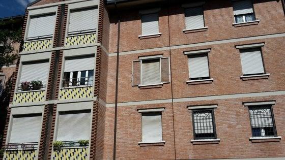 Bologna, bimbo di otto anni si ferisce e muore dissanguato in casa