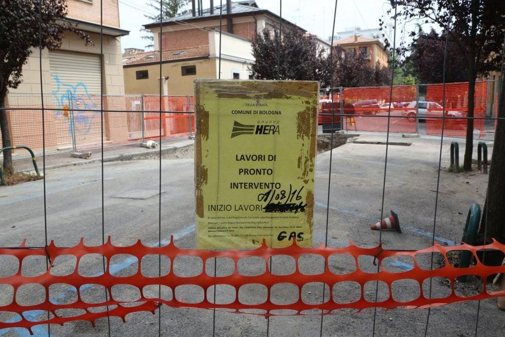 """Bologna, la denuncia di una lettrice: """"Quei lavori urgenti alla tubatura fermi da settimane"""""""