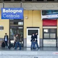Bologna, scende a prendere l'acqua: il treno riparte con la figlia di 10