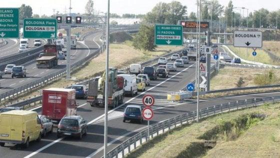 A13, tir sbanda: muore un camionista