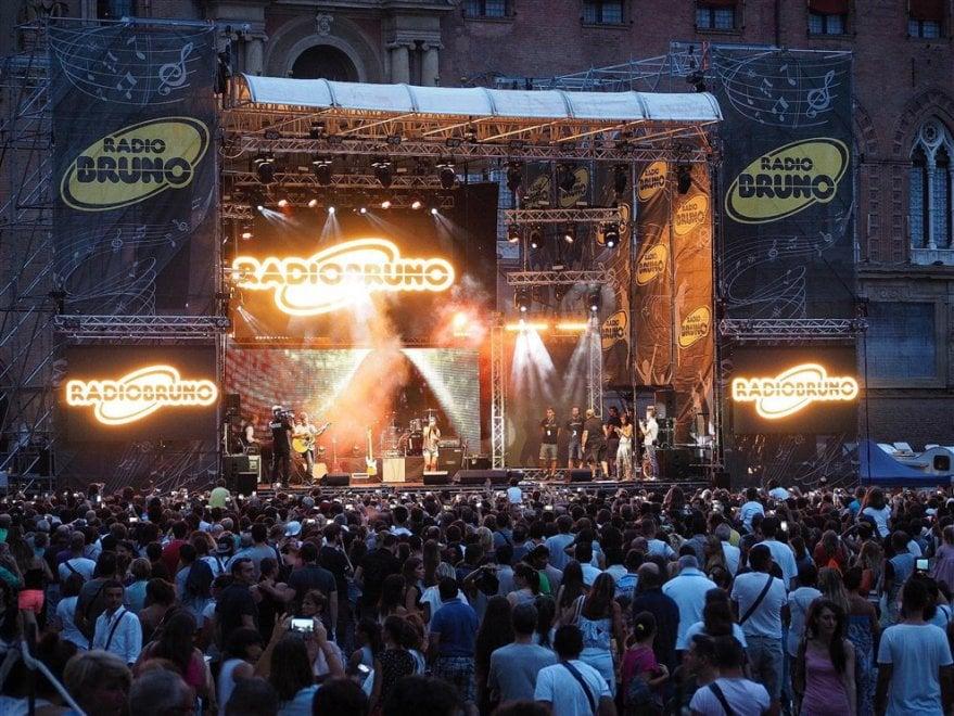 Renga, Pezzali, gli Stadio e i 30mila fan di Radio Bruno in piazza a Bologna