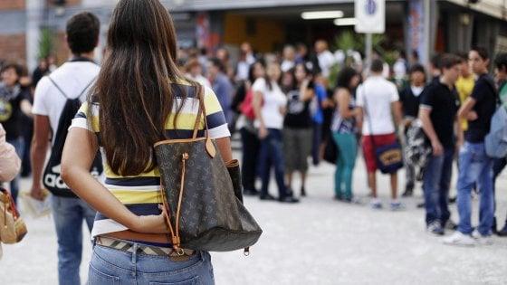 """I consigli alla rovescia di un liceo bolognese: """"Difendete i ragazzi e date la colpa ai prof"""""""