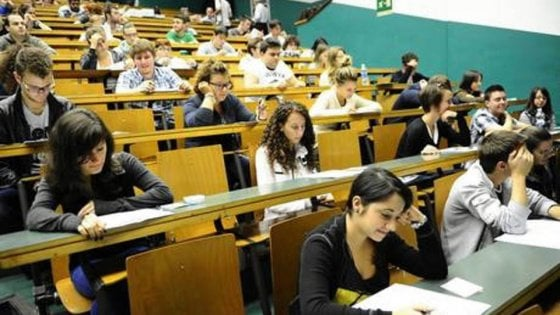 """Ateneo di Bologna, il docente agli allievi: """"Copiate, lo fanno pure i prof"""""""