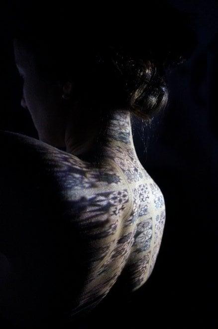 Bologna, il design decor sui corpi delle persone
