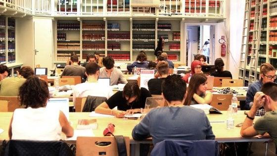 Bologna, le biblioteche aperte di sera come cura antidegrado per via Zamboni