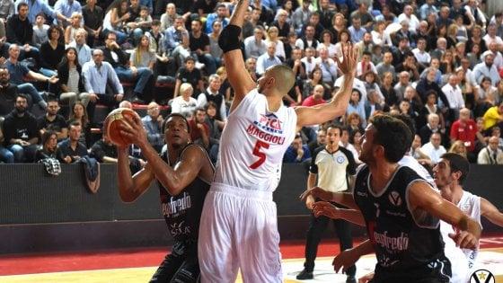 Basket City, primo sorpasso: Virtus ok, crollo Fortitudo