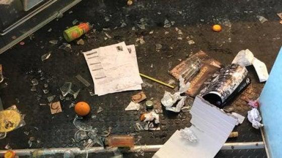 """Bologna, il sindaco al gelataio della Montagnola che chiude dopo l'ennesimo atto vandalico: """"Non mollare"""""""