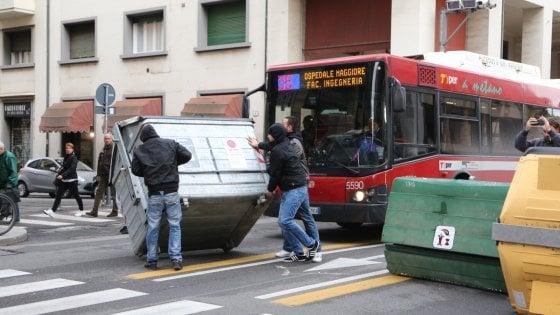 Bologna: sgombero in via De Maria, scontri tra polizia e manifestanti