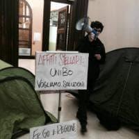 Ateneo di Bologna, i collettivi con le tende in Rettorato: