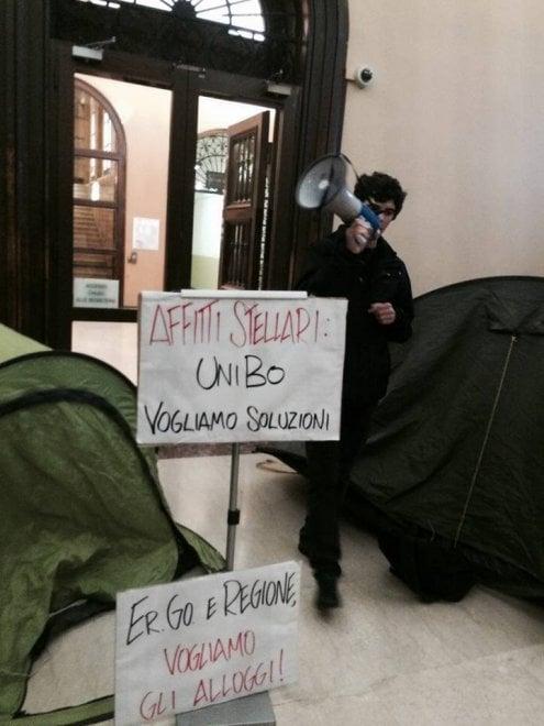 """Ateneo di Bologna, i collettivi con le tende in Rettorato: """"Dateci la casa"""""""
