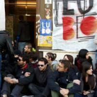 Bologna, Làbas occupa ex sede di banca Etruria. La polizia sgombera