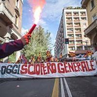 Bologna, cortei contro Renzi e vernice contro le banche