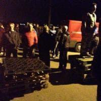 Barricate contro il pullman dei profughi nel Ferrarese