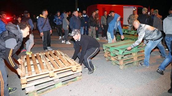 Barricate contro i profughi, nel ferrarese i cittadini si ribellano al prefetto