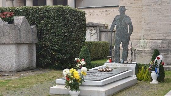 Fiori, braccialetti e foto: la processione dei fan sulla tomba di Lucio Dalla