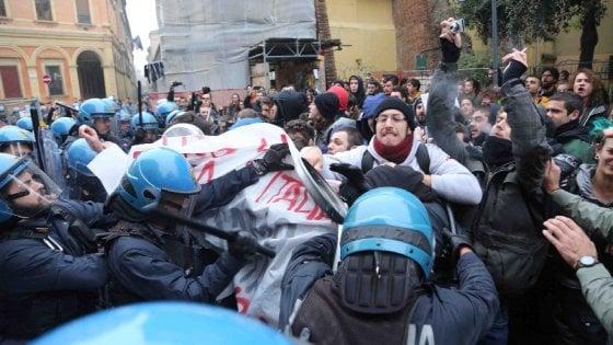 Bologna, violenti scontri fra polizia e universitari in agitazione contro il caro-mensa