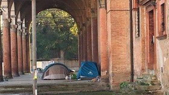 Tende sotto il portico della Madonna del Baraccano di Bologna, il centrodestra attacca