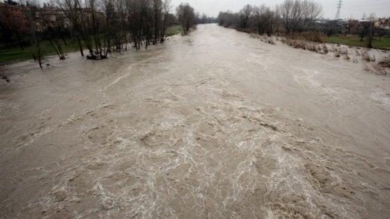 Bologna, madre e figlio cercano riparo lungo il Reno: salvati dall'acqua alta