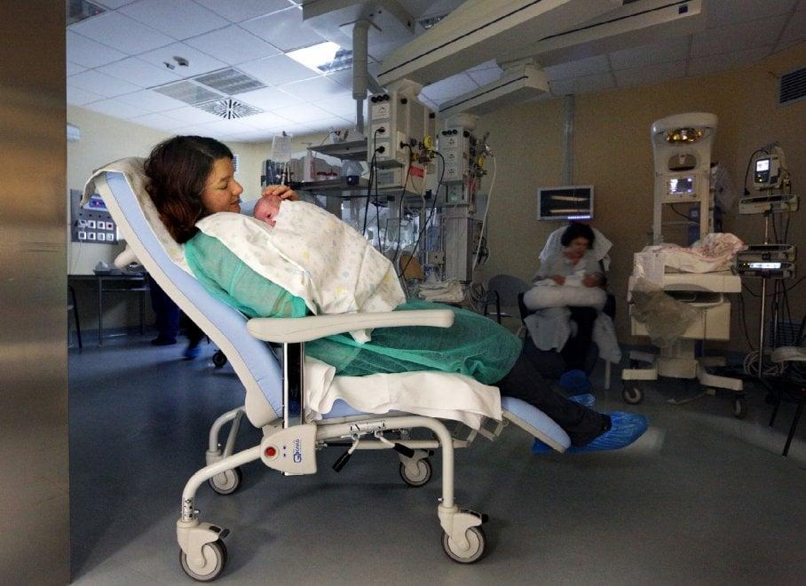 Bologna, nuove poltrone per la marsupioterapia per le mamme e i bimbi prematuri