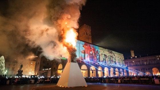 Bologna, Andrea Bruno disegna il Vecchione di Capodanno. Musica con Nas1 e dj Rou