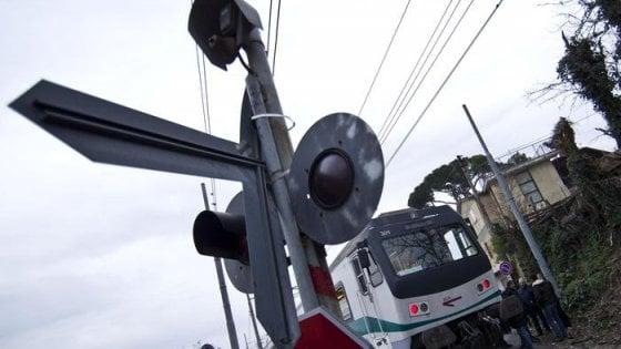 Piacenza, camion incastrato in passaggio a livello: investito da treno