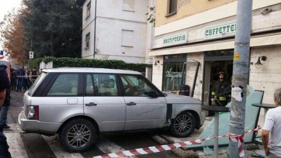 Modena, via Vignolese: auto piomba sui clienti della pasticceria Dondi: 8 feriti