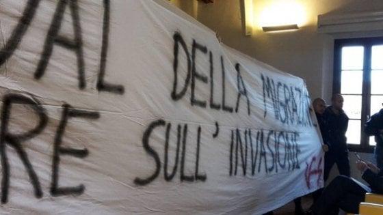 Modena, skinhead irrompono a festival sulle migrazioni