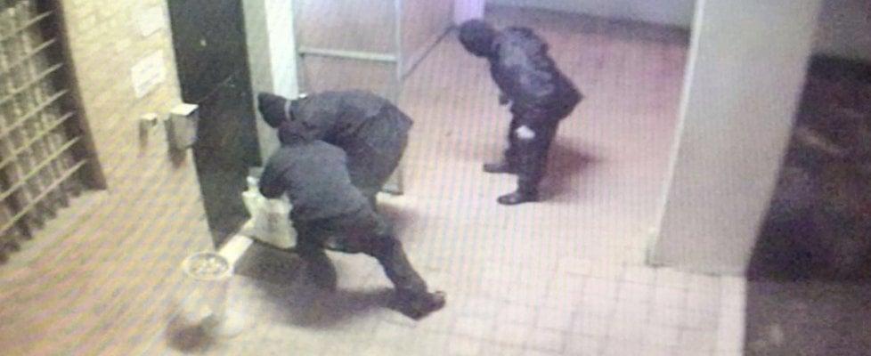 Bologna, attentato a caserma carabinieri: terroristi ripresi dalla telecamera
