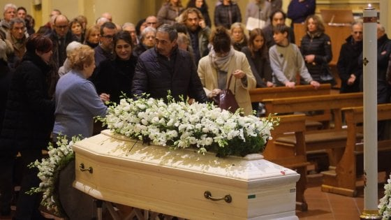 Forlì, folla ai funerali della moglie di Marino Bartoletti