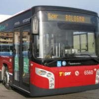 Bologna, senza fissa dimora trovato morto sull'autobus
