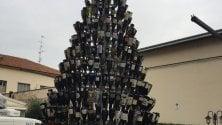 Un albero di Natale  con le bottiglie di vino