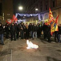 Hobo e Usb bruciano un ritratto di Renzi