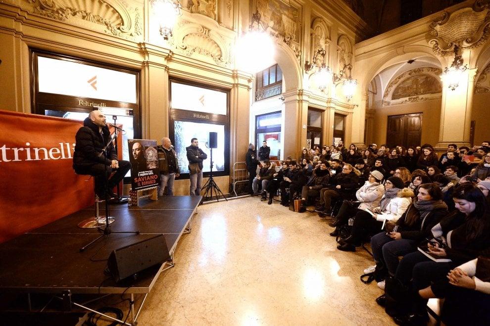 Roberto Saviano a Bologna, folla alla Feltrinelli