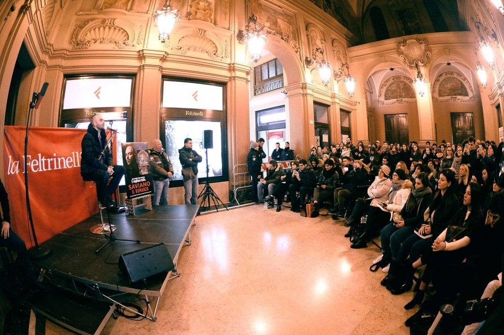 Roberto Saviano a Bologna, folla alla Feltrinelli - 1 di 1