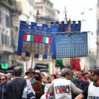 """Bologna, l'Anpi canta a scuola l'inno """"ritoccato"""" per i migranti. E la destra s'infuria"""