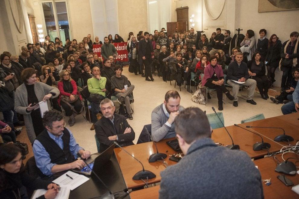 Licenziamenti Cna, 200 lavoratori protestano in Comune a Bologna