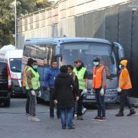 L'arrivo dei migranti dal centro di Cona a Bologna