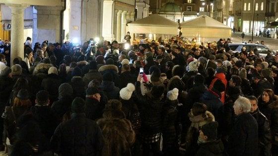 Ragazza sfregiata con l'acido, 800 persone in corteo a Rimini