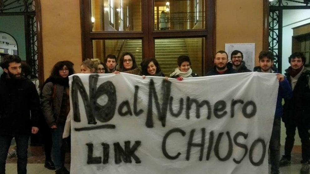 """Ateneo di Bologna, blitz del collettivo Link: """"No al numero chiuso"""""""